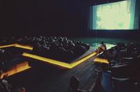 Плавающий кинотеатр под открытым небом у скал Таиланда