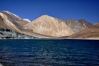 Великолепное гималайское озеро на спорной территории