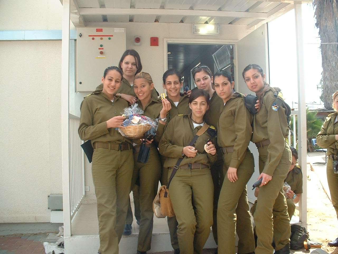 Могут ли служит девушки в армии