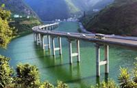 В Китае построили самый странный мост в мире — вдоль реки!