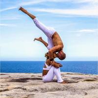 Супруги-йоги, путешествующие по миру, стали настоящими звездами. Посмотри, что они делают!