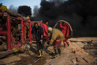 Пригород Ирака, где людям из-за войны приходится жить возле горящей нефти