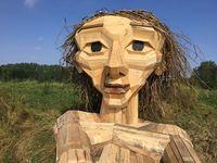 Датский художник создает гигантские скульптуры и прячет их в лесах Копенгагена