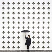 Дуэт путешественников ездит по миру и делает фото на фоне необычной архитектуры