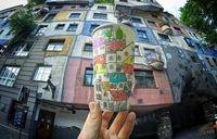 Художник рисует на кофейных стаканах места, по которым он путешествует