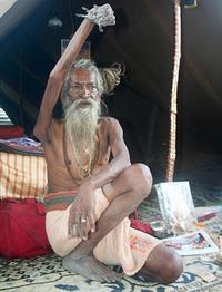 Во имя мира на Земле и бога: индус держит поднятую руку 44 года