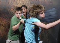 10 фото напуганных людей, сделанные на скрытую камеру в доме с привидениями