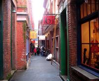 Самые узкие улицы мира, по которым не всегда получится прогуляться за ручку