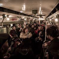В нью-йоркском метро запустили рождественский ретропоезд 1930-х годов: лучшие фото