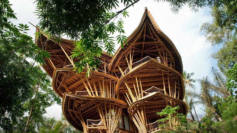Американка бросила работу, переехала на Бали и строит потрясающие дома из бамбука