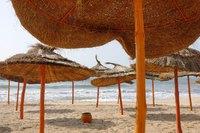 На пляжах туристов нет - только навесы из соломы