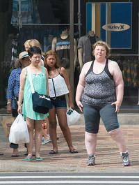 Женщина снимает незнакомцев, чтобы показать их реакцию на людей с лишним весом
