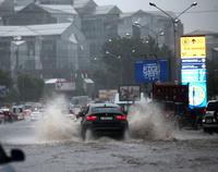 После проливного дождя улицы как в Венеции