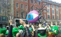 Толпы народу на улице О'Конелл в День святого Патрика