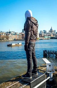 На лондонском здании появились 84 скульптуры, посвященные проблеме самоубийств мужчин
