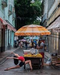 Неземные фотографии танцоров балета на улицах Рио-де-Жанейро