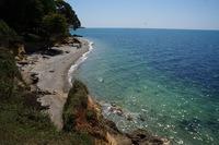Берег Черного моря в Абхазии. В мае — никого