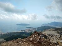 Вид на Будву с горы. Черногория в апреле.