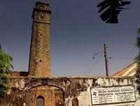 Старую башню окружают еще более старые стены