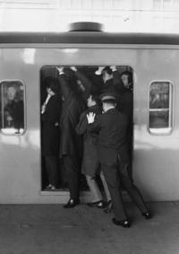 Безумные снимки общественного транспорта в час пик в Токио 60-70 годов