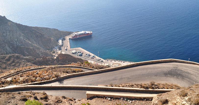 поселок ия Поселок Ия на острове Санторини road to port athinios
