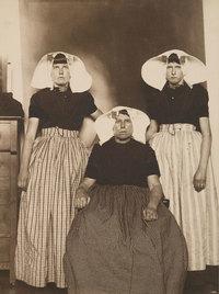 19 старинных фото о том, какими были представления о красоте и моде по всему миру