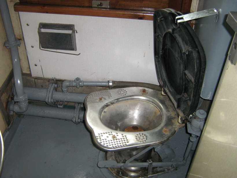 В туалете в поезде, телки орут когда им в жопу суют огромный фаллоимитатор