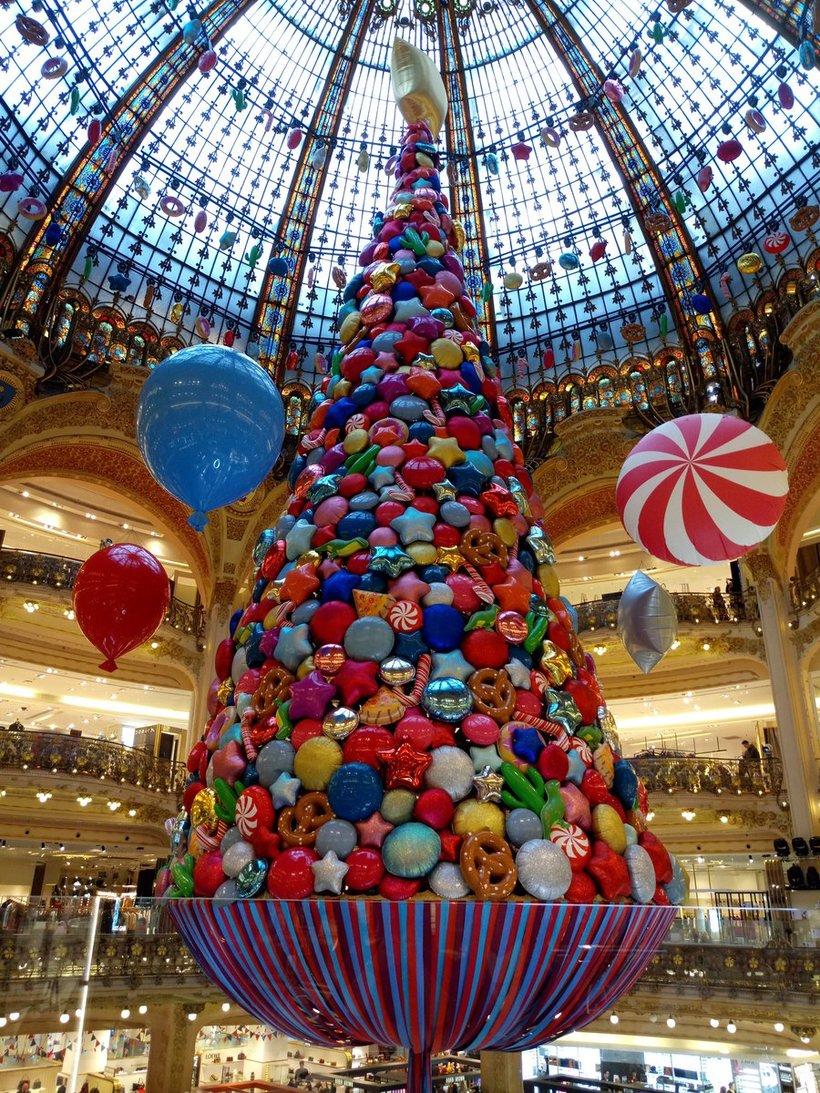 Новогодняя ель в Galeries Lafayette