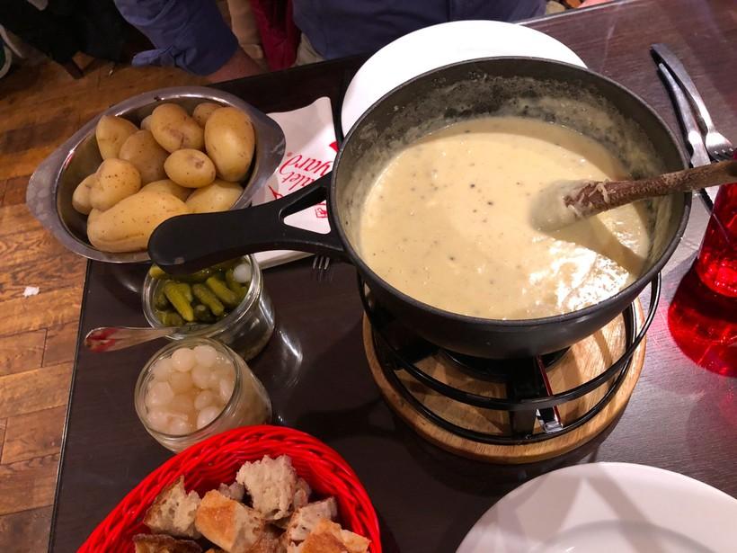 Фондю в ресторане Le Chalet Savoyard