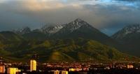 Алматы на фоне гор в мае.