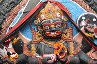 Божок на фасаде здания, Катманду