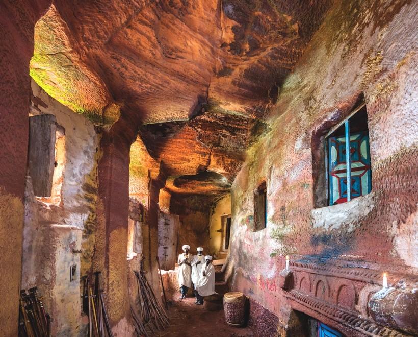 Фото изумительных скальных церквей Эфиопии и их колоритных священников