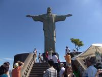 Туристов у подножья статуи почти всегда очень много