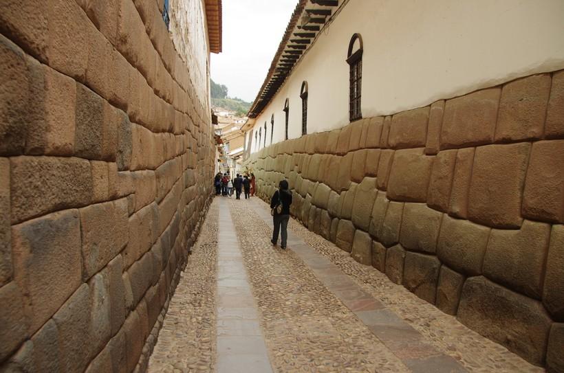 Полигональная кладка в исторической части Куско встречается на каждом шагу