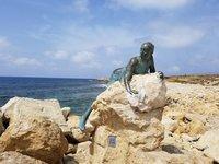 За валунами в Пафосе можно встретить девушку