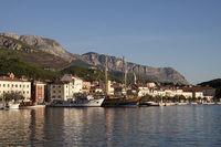 В гавани пришвартованы круизные катера и яхты