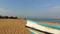 Широкий пляж Негомбо в июне немноголюден
