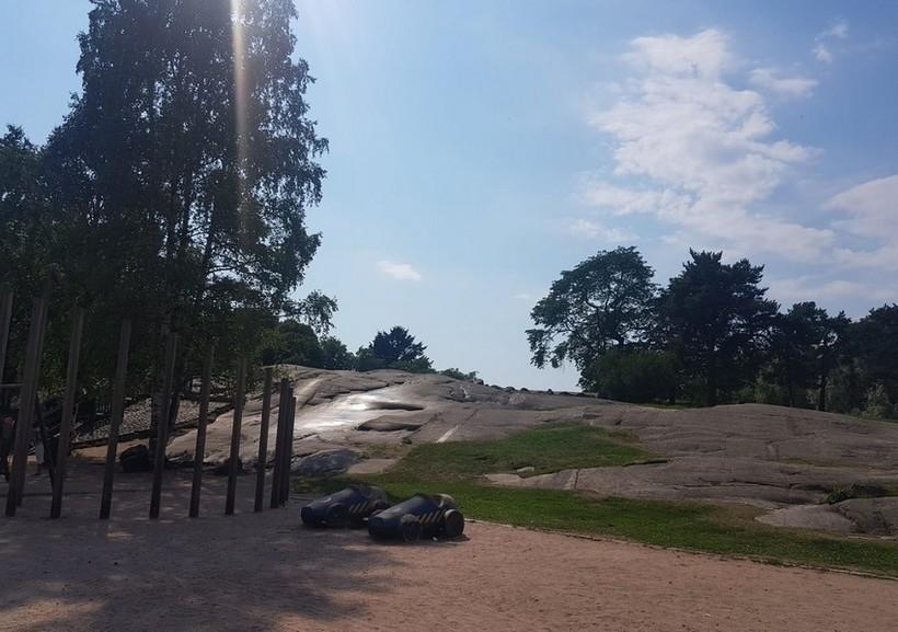 Скалы в парке Кайвопуисто разогреты летним солнцем.