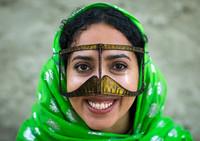 Зачем иранские женщины носят маски в форме усов