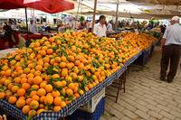 Апрельский вал апельсинов на анталийском рынке.