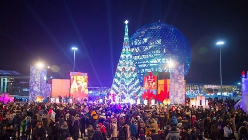 "Новогодняя елка у ТЦ ""Хан Шатыр"". Астана, конец декабря."