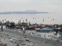 Филиппинцы плещутся в мусоре в Манильской бухте, май 2018