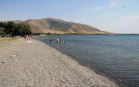 Пляж Ереванского водохранилища. Июнь, полдень.