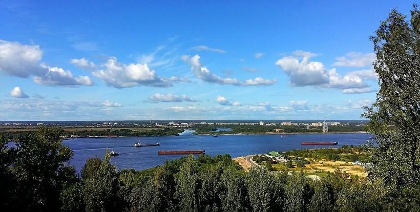 Вид на Волгу с Верхневолжской набережной, июнь 2018