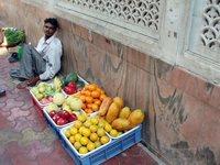 Фрукты продаются в Индии повсеместно