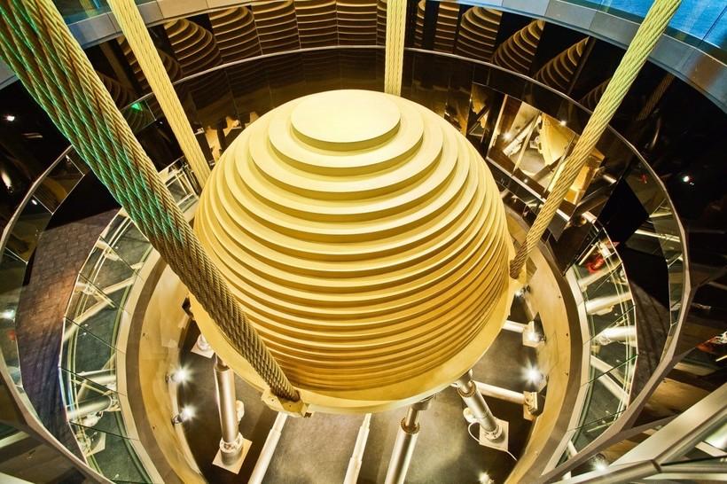Основная маятниковая конструкция, которая гасит колебания огромного небоскреба