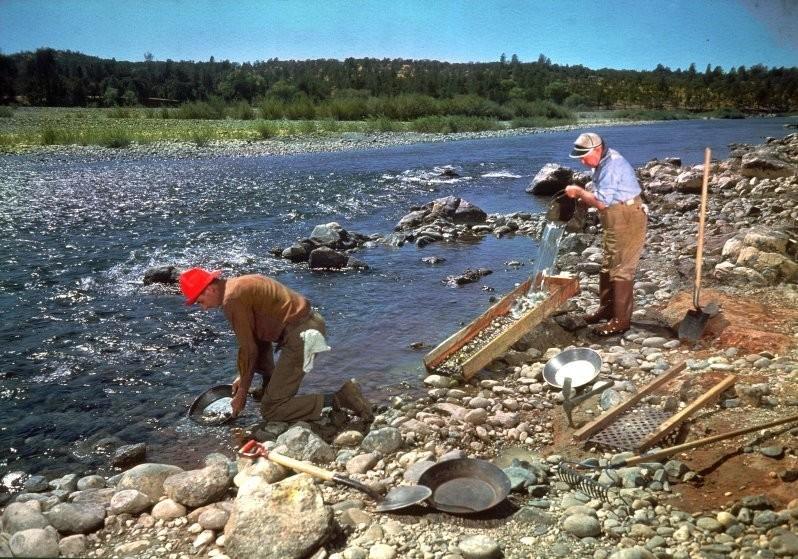 На этом снимке двое калифорнийцев тщательно исследуют место, которое сотню лет назад обогатило не одного человека.