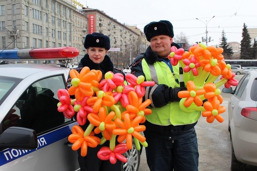 Сотрудники ГИБДД поздравляют с 8 марта