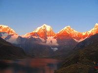Кордильерские вершины под лучами солнца