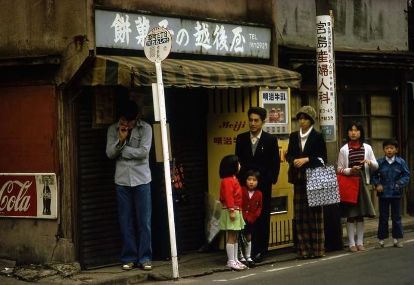 Автобусная остановка, 1977